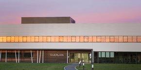 Agnès Panier Runacher, lors de sa visite de l'usine Guerlain à Chartres en janvier, s'est engagée à apporter le soutien du gouvernement à l'industrie cosmétique.