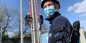 Des techniciens d'Enedis Nord Aquitaine en démonstration de l'exosquelette HMT à Pessac le 5 mars 2021.