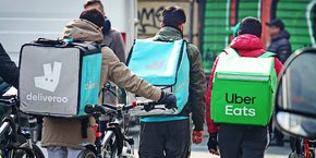 Des livreurs de plateformes comme UberEats ou Deliveroo s'apprêtent à livrer une commande qu'ils ont acceptée directement sur la plateforme.