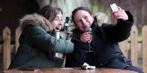 Ce lundi 12 avril, en fin de matinée, à Londres, la joie de deux Anglaises à la terrasse du pub The Fox on the Hill qui vient tout juste de rouvrir ses portes après la décision des autorités d'autoriser la réouverture des commerces non essentiels.