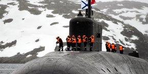 Photo d'illustration: le sous-marin à propulsion nucléaire de la marine russe Knyaz Vladimir entre le 31 mars 2021 dans la baie de Kola au large de la côte russe de la mer de Barents après avoir participé à une expédition dans l'océan Arctique.