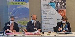 Frédéric Julhes, directeur d'Airbus CyberSecurity a co-signé avec Françoise Prêteux, directrice déléguée à la recherche de l'Institut Mines-Télécom et Anne Beauval, directrice déléguée d'IMT Atlantique, la nouvelle convention renforçant les liens entre le groupe industriel et les écoles d'ingénieurs.