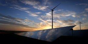 De nombreux projets d'IA développent des solutions pour aider à déterminer les emplacements optimaux des panneaux solaires ou les dispositions d'éoliennes les plus efficientes.
