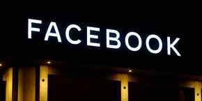 Le logo de Facebook affiché au World Economic Forum, à Davos, en Suisse, le 20 janvier 2020.