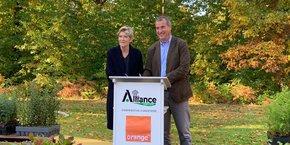 Fabienne Dulac, directrice générale adjointe d'Orange et directrice générale d'Orange France, et Stéphane Viéban, directeur général d'Alliance Forêts Bois, jeudi 21 octobre à Cestas (Gironde).