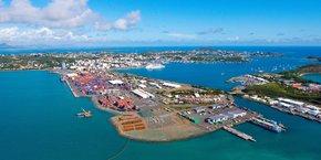 La Nouvelle-Calédonie est, après la Nouvelle-Guinée Papouasie, à la fois le plus grand et le plus proche de ces archipels (de l'Australie, ndlr). Comment la France a-t-elle pu à ce point négliger la perception australienne de sa sécurité, alors même qu'un partenariat stratégique était censé nous lier ? (groupe de réflexions Mars). Sur la photo, le port de Nouméa est l'un des premiers ports français d'Outre-mer en tonnage.
