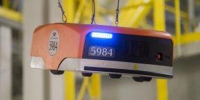En 2012, Amazon a acheté Kiva Systems, qui conçoit ces robots capables de soulever des étagères.
