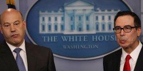 Gary Cohn, conseiller économique de Donald Trump, et Steve Mnuchin, le secrétaire au Trésor, tous deux d'anciens banquiers de Goldman Sachs, présentant la réforme fiscale du président américain mercredi à la Maison-Blanche.