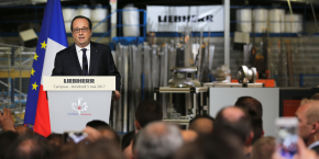 François Hollande devant les salariés du site de Liebherr Aerospace à Campsas dans le Tarn-et-Garonne.