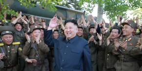 Le dirigeant nord-coréen Kim Jong-Un près d'un missile, dans une photo non datée publiée par l'agence de presse nord-coréenne le 22 mai 2017.