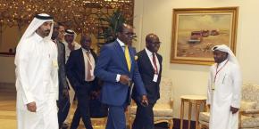 Le ministre nigérian du Pétrole, Emmanuel Ibe Kachikwu (cravate jaune), à son arrivée à la réunion entre l'Opep et les pays pétroliers non-membres à Doha le 17 avril 2017.
