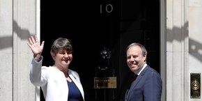 Arlene Foster devant la porte du 10 Downing Street, le 13 juin.