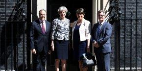 La Première ministre britannique et la présidente du parti démocratique unioniste (DUP) d'Irlande du Nord, Arlene Foster, ont officiellement conclu un accord d'alliance parlementaire.