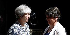 La Première ministre Theresa May en compagne d'Arlene Foster devant la porte du 10 Downing Street, lundi 26 juin, avant la conclusion de l'accord.