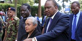 Uhuru Kenyatta (au premier plan en compagnie de sa femme) et de Raila Odinga du temps où ils étaient dans le même gouvernement
