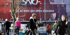 La SNCF a fermé la gare de Paris-Montparnasse, qui dessert l'ouest et le sud-ouest de la France, la nuit dernière de 22 h à 6 h. Une cinquantaine de techniciens ont été mobilisés pour déterminer l'origine de la panne.