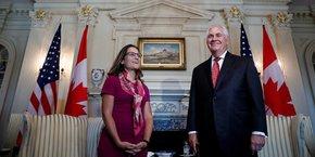 Le secrétaire d'Etat américain Rex Tillerson accueille la ministre des Affaires étrangères canadienne Chrystia Freeland, à Washington, le 16 août.