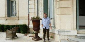 Jacques Beauclair devant le Château de Malmont, où il vient d'investir 3 M€