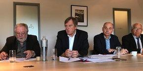 Yvan Lachaud, président de Nimes Métropole, entouré d'élus de la majorité.