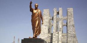 La statue en bronze de Kwame Nkrumah, premier président du Ghana, au parc commémoratif qui porte son nom, situé dans le centre d'Accra, la capitale du Ghana,