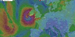 Le centre de la tempête tropicale Ophelia se situait lundi à 05h00 GMT à 300 kilomètres environ au sud de l'Irlande, selon les services météorologiques irlandais. La tempête devrait aborder les terres aux alentours de 09h00 GMT. Le coeur de la tempête devrait traverser l'Irlande durant la journée avant de s'évacuer la nuit prochaine vers l'ouest de l'Ecosse.