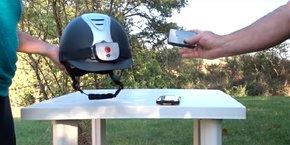 Le système EquiSure de deux boîtiers, l'un fixé sur le casque du cavalier, l'autre sur la têtière du cheval.