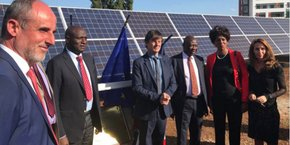 A. Mine (P-dg d'Urbasolar), à gauche sur la photo, et S. Andrieu (DG), à droite, aux côtés de Nicolas Hulot (au centre) et des officiels kenyans pour l'inauguration du chantier
