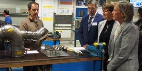 Sophie Cluzel, secrétaire d'Etat chargée des personnes handicapées (au premier plan à droite), en visite à l'usine Saint-Eloi d'Airbus, à Toulouse, mardi 12 décembre 2017.
