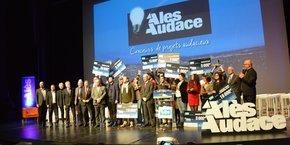 Les lauréats et participants, sur la scène du Cratère à Alès