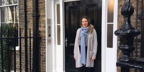 Isabelle Kanaan, directrice de l'antenne de Londres, devant le 3, Manchester square qui abrite la Maison de la Région.