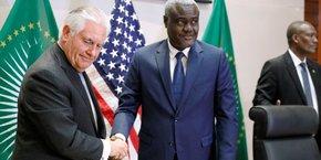 Le secrétaire d'Etat américain Rex Tillerson et Moussa Faki Mahamat, président de la commission de l'Union africaine, le 8 mars 2018 au siège de l'organisation panafricaine à Addis Abeba en Ethiopie.