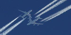trafic aérien, avions de ligne, ciel, trainées, condensation, réacteurs,