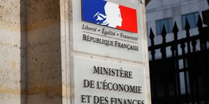 France: des depots petroliers bloques, reunion lundi a bercy