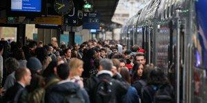 4e jour de grève des cheminots en gare de Lyon Part Dieu, à Paris, le 9 avril 2018