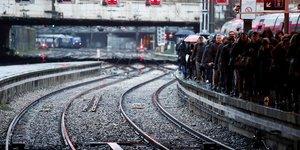Retraites: 5e jour de greves en france, le gouvernement paracheve son projet