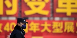 Un policier porte un masque durant un jour de pollution, lors de l'ouverture de la Conférence consultative politique du peuple chinois