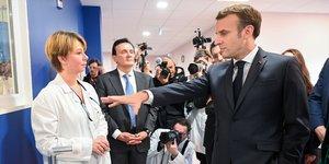 Emmanuel Macron, lors d'une visite avec les salariés de l'usine AstraZeneca à Dunkerque
