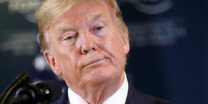 Donald Trump tient une conférence de presse lors du Forum économique mondial de Davos
