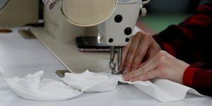 Coronavirus : une couturière coud des masques pour les hôpitaux dans le Michigan
