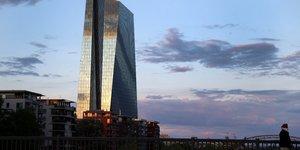 La bce devrait augmenter ses achats face a la chute du pib