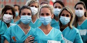 Manifestation de professionnels de santé à Nice pour réclamer des investissements du gouvernement dans les hôpitaux publics, le 30 juin 2020