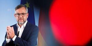 L'Allemand Michael Roth, ministre adjoint chargé des Affaires européennes, lors d'une déclaration à la presse, le 16 juin 2020