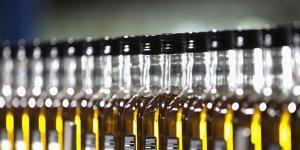 Alignement de bouteilles d'huile d'olive