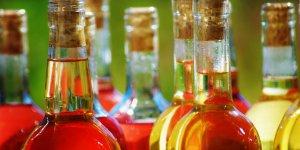 Bouteilles en verre contenant de l'alcool / Ready for the party, par iggyshoot. Via Flickr CC License by.