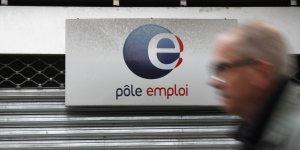 Un homme de 50 ans passe devant une agence Pôle emploi à Paris