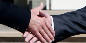 Poignée de mains entre Tony Blair et Gerhard Schroeder au G8 de 2005