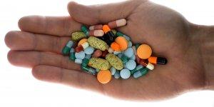 Une main tient des médicaments (pharmacie, santé)