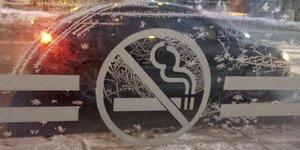 Un signe No smoking (interdit de fumer) sur la glace d'un arrêt de bus à Toronto (Canada) en février 2014
