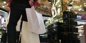 Les commerces pourraient ouvrir douze dimanches par an a paris