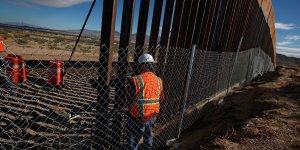 Un travailleur américain à la frontière entre les États-Unis et le Mexique